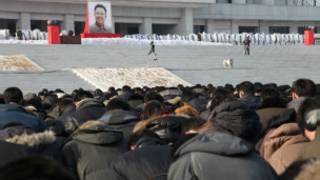 Người dân cúi đầu trong 3 phút mặc niệm Kim Jong-il