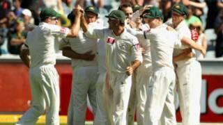 भारत का विकेट झटकने के बाद ख़ुशी मनाती ऑस्ट्रेलियाई टीम