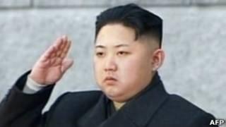 Ким Чен Ын приветствует людей