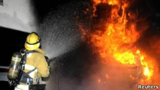 Пожарный в Лос-Анджелесе борется с огнем