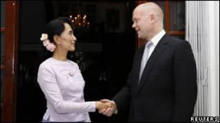 هيغ مع زعيمة المعارضة البورمية