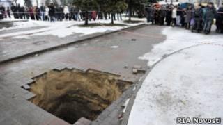Место провала коляски с младенцем в центре Брянска