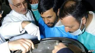بازدید احمدینژاد از مرکز هستهای