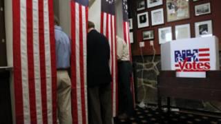 Cử tri bầu cử tại một phòng phiếu ở New Hampshire