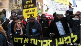 Manifestação em Tel Aviv contra lei anti-imigração (Foto: Guila Flint - BBC Brasil)