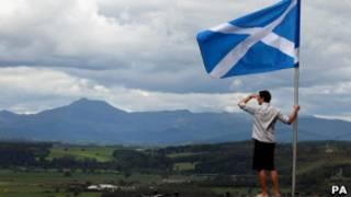Шотландский флаг на фоне гор