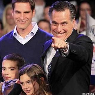 Mitt Romney aponta para partidários durante discurto em New Hampshire (Reuters)