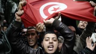 ख़ुशी मनाते ट्यूनीशिया के लोग