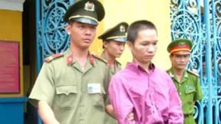 LS Trần Quốc Hiền (áo hồng) tại tòa (ảnh của VietnamNet)