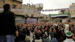 حشد من السوريين