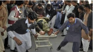 घायलों को अस्पताल ले जाते लोग (फाइल फोटो)