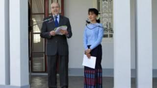 Ngoại trưởng Pháp họp báo với bà Aung San Suu Kyi tại tư dinh của bà