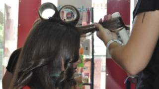 Mulher faz cabelo no salão de beleza Eli Stetik, em Lérida (foto divulgação)