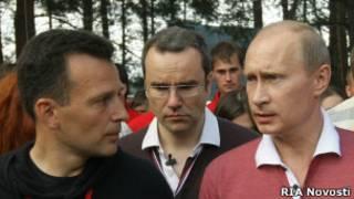 Владимир Путин и Василий Якеменко в молодежном лагере на озере Селигер летом 2009 года