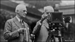 جورج ایستمن بنیانگذار کداک، سمت چپ، در کنار توماس ادیسون