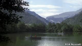 Карстовое Голубое озеро в Кабардино-Балкарии