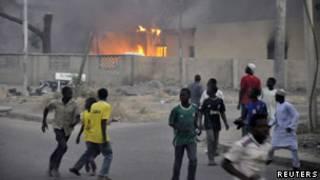 Nuvem de fumaça se ergue em área atingida em Kano (Reuters)