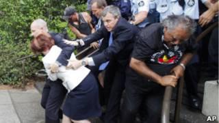 प्रधानमंत्री को बचाकर ले जाते सुरक्षाकर्मी