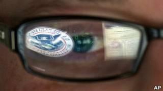 Отражение логотипа министерства внутренней безопасности США в стеклах очков