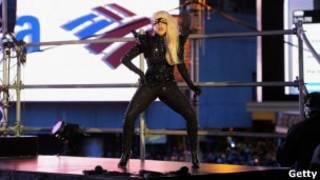 Леди Гага выступает на Таймс-сквер в Нью-Йорке