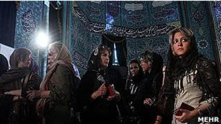 إيرانيات في لجنة انتخابية
