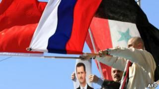Сторонники Асада с китайским и российским флагами