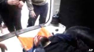 Imagem tirada de vídeo amador mostra suposto ferido de ofensiva em Homs (AP)