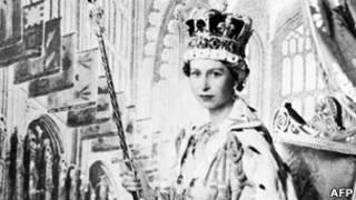 Королева Елизавета после коронации в Вестминстерском аббатстве