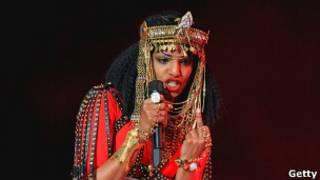 Певица MIA показывает жест средним пальцем