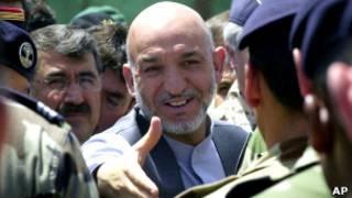 حامد کرزی در میان سربازان ارتش
