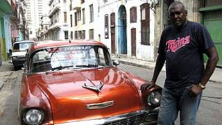 Auto y su dueño en La Habana