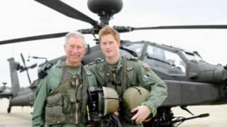 哈里王子(右)與父親查爾斯王子