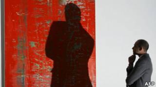 Коллекционер рассматривает картину Рихтера накануне торгов Sotheby's