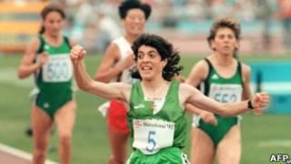 Hassiba Boulmerka no momento de sua vitória nas Olimpíadas de Barcelona, em 1992 (AFP)