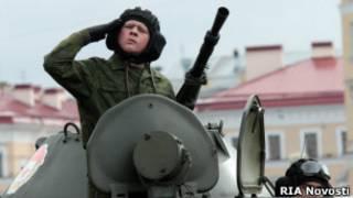Российский военнослужащий в танке