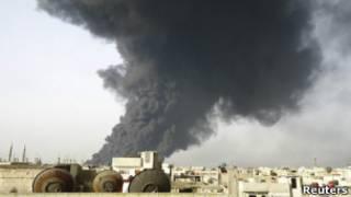 Дым над прилегающей к нефтепроводу территории в Хомсе