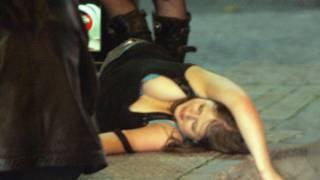 布里斯托街头烂醉女子