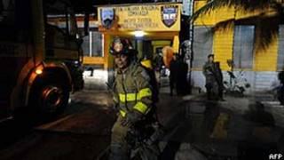 Bombeiro durante operação para controlar incêndio em prisão de Comayagua (AFP/Getty)