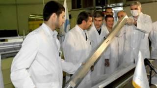 الرئيس الإيراني احمدي نجاد يتفقد منشأة نووية