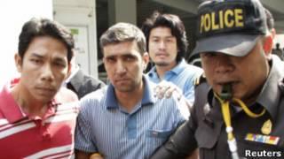 Полиция Таиланда ведет подозреваемого в организации взрывов иранца