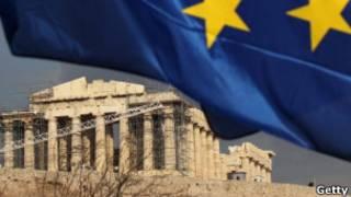 Bandeira da UE sobre o Partenon grego (Getty)