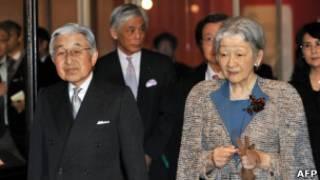 Император Акихито с принцессой Мичико по прибытии в больницу