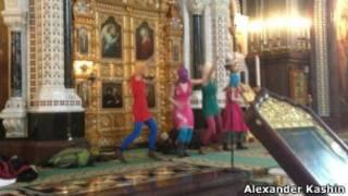 Панк-группа Pussy Riot выступает в Храме Христа Спасителя в Москве