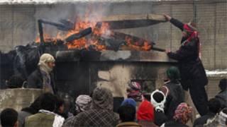 बगराम सैन्य ठिकाने के बाहर आगजनी करते प्रदर्शनकारी