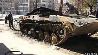 Veículo blindado danificado das forças do governo sírio no bairro de al-Khalidya, em Homs (Reuters)