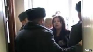Скриншот видеозаписи лермонтовской студии ViGo - кандидаты в депутаты пытаются войти в здание, где объявили голодовку их коллеги