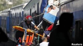 Paramédicos resgatam passageiro de acidente ocorrido em Buenos Aires nesta quarta (Foto: Reuters)