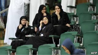 صحفيات سعوديات في مباراة كرة يد في جدة
