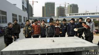 浙江省嘉兴农民工子女在学校打乒乓球(17/02/2012)