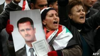 Участница демонстрации держит преокт новой конституции